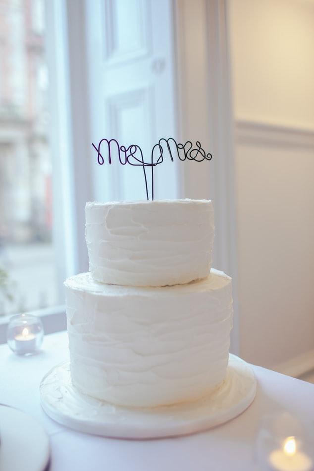 Minimalist white wedding cake