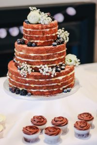 Natural wedding cake with cupcakes