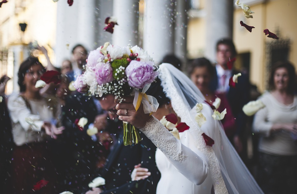 Throwing rice in the wedding day