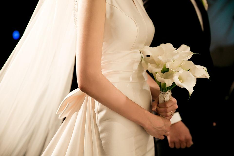 Bride holding white calla in bouquet