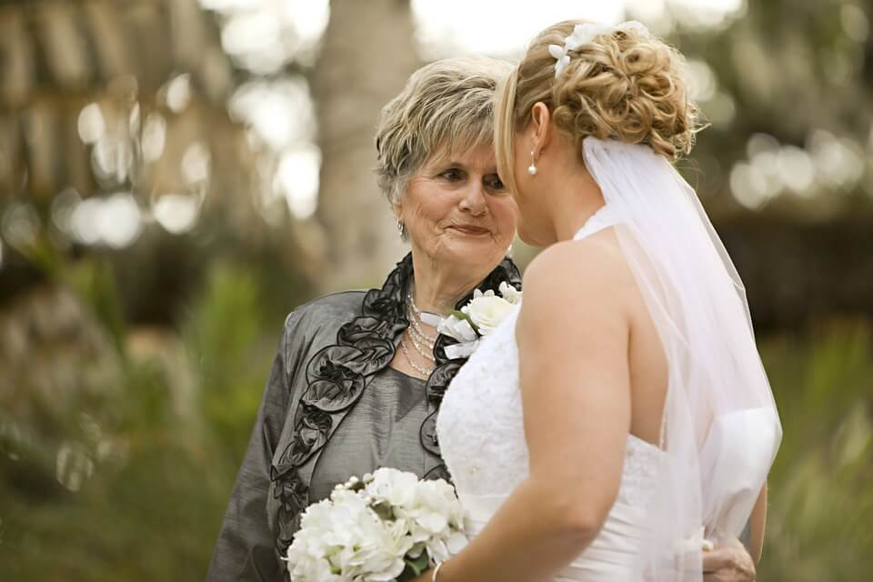 bride and her mother