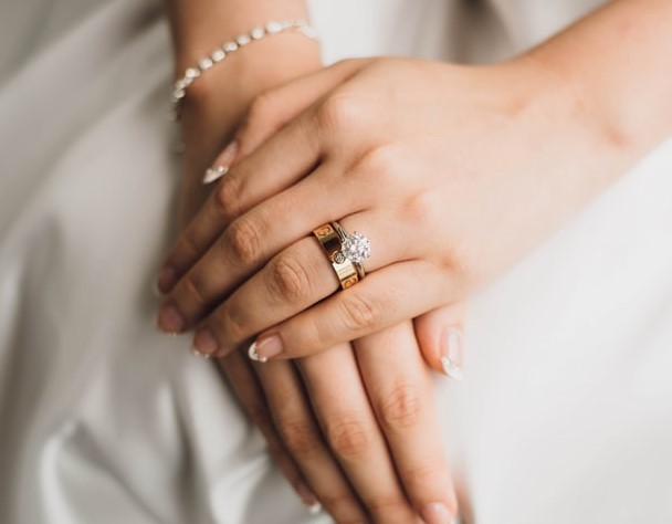 Mismatched wedding-engagement rings om finger