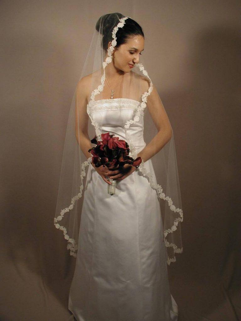 Bride wearing oval cut veil