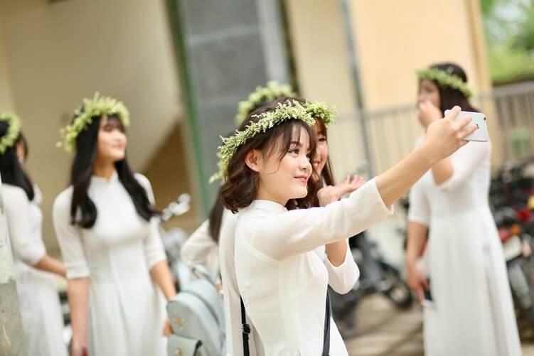bridesmaids-in-white