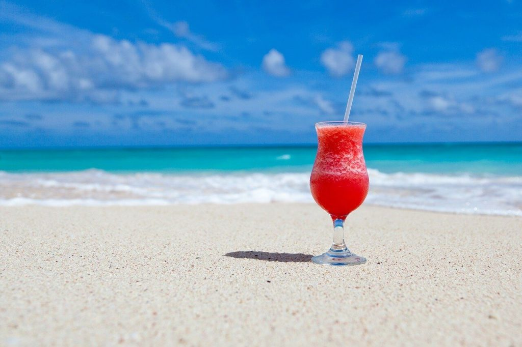 Do not forget cool drinks when planning beach wedding