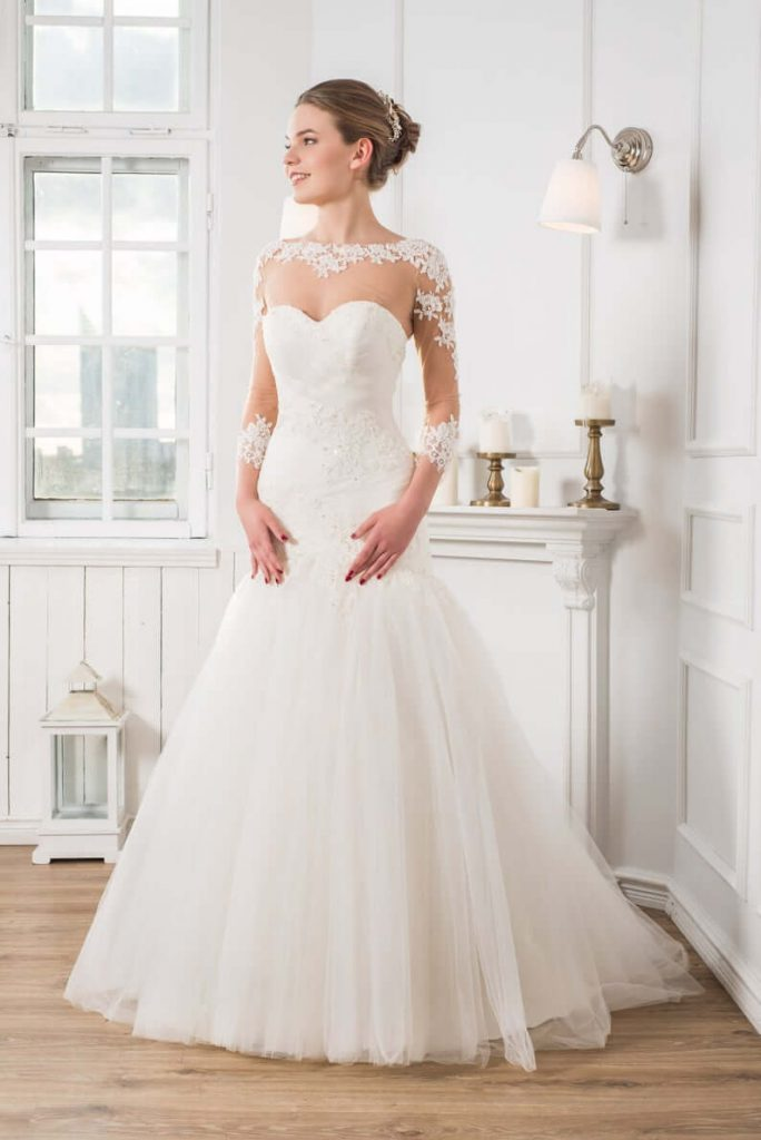 Bride wearing dropped waistline wedding dress