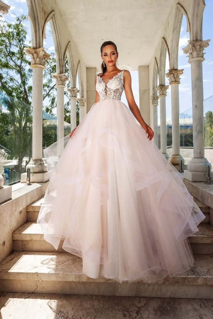 Bride wearing princess line wedding dress