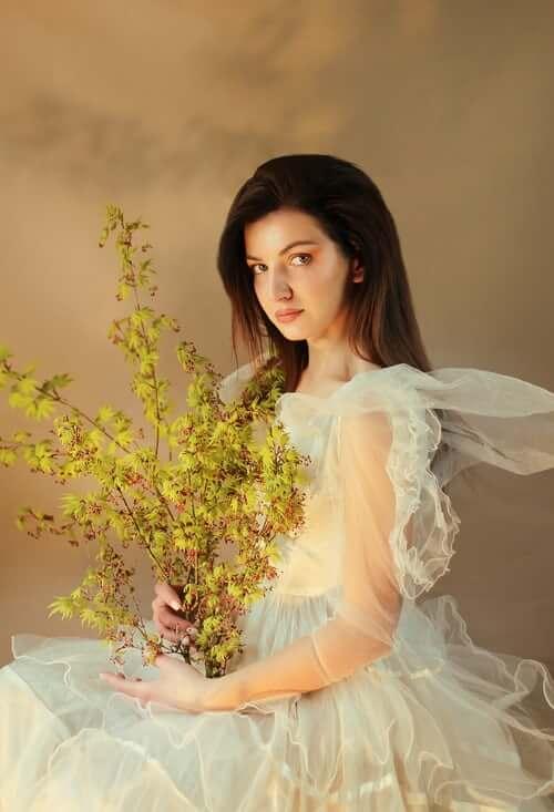 Bride wearing puffed-sleeves wedding dress