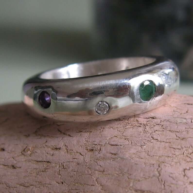 Modern regard ring closeup