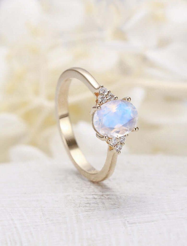 Moonstone-ring with diamond side stones