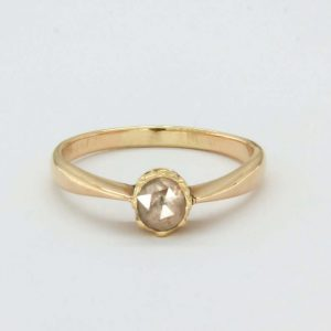 Solitaire Victorian ring in yellow gold