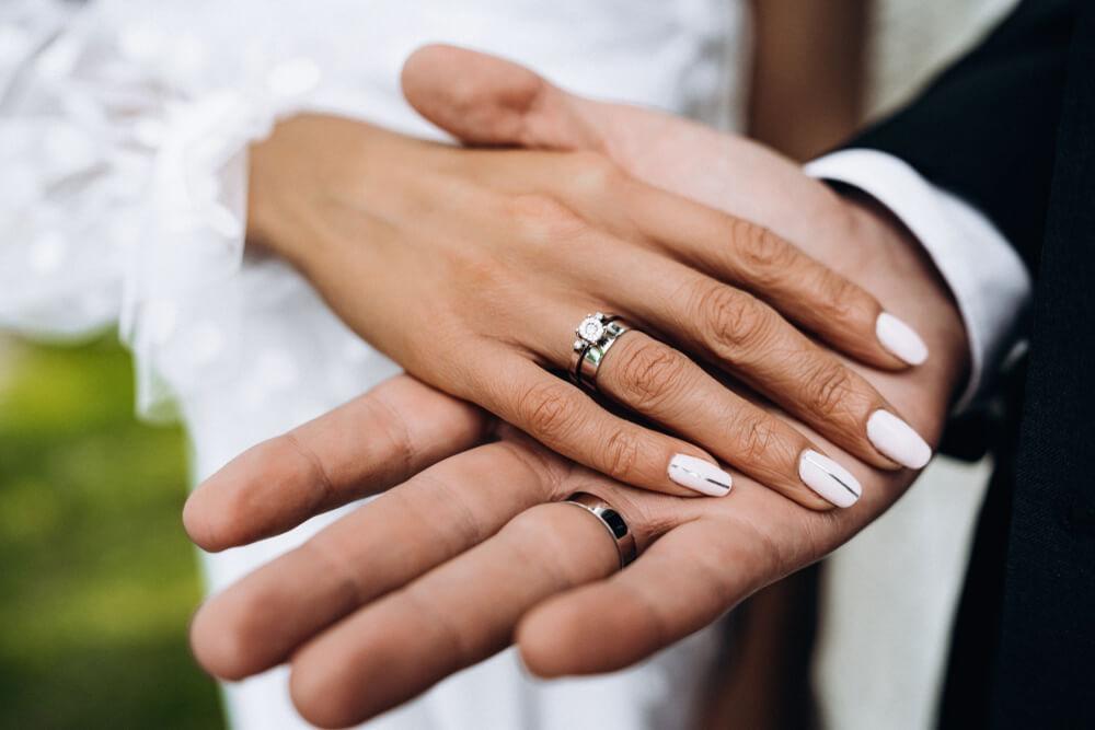 Couple holding hand closeup
