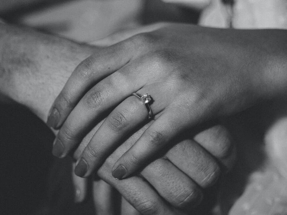 how-to-buy-dainty-engagement-ring