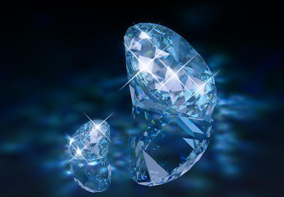Round diamond with strong fluorescence
