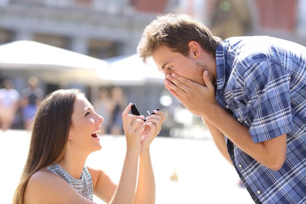 girl proposing to man